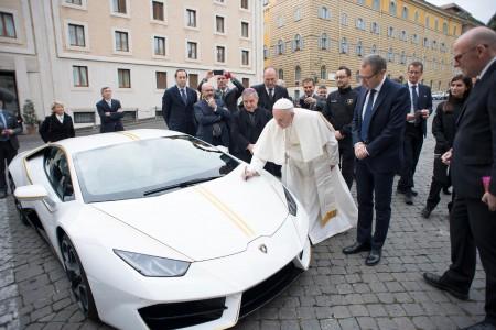 Papežev Lambo prodan za 715.000 evrov