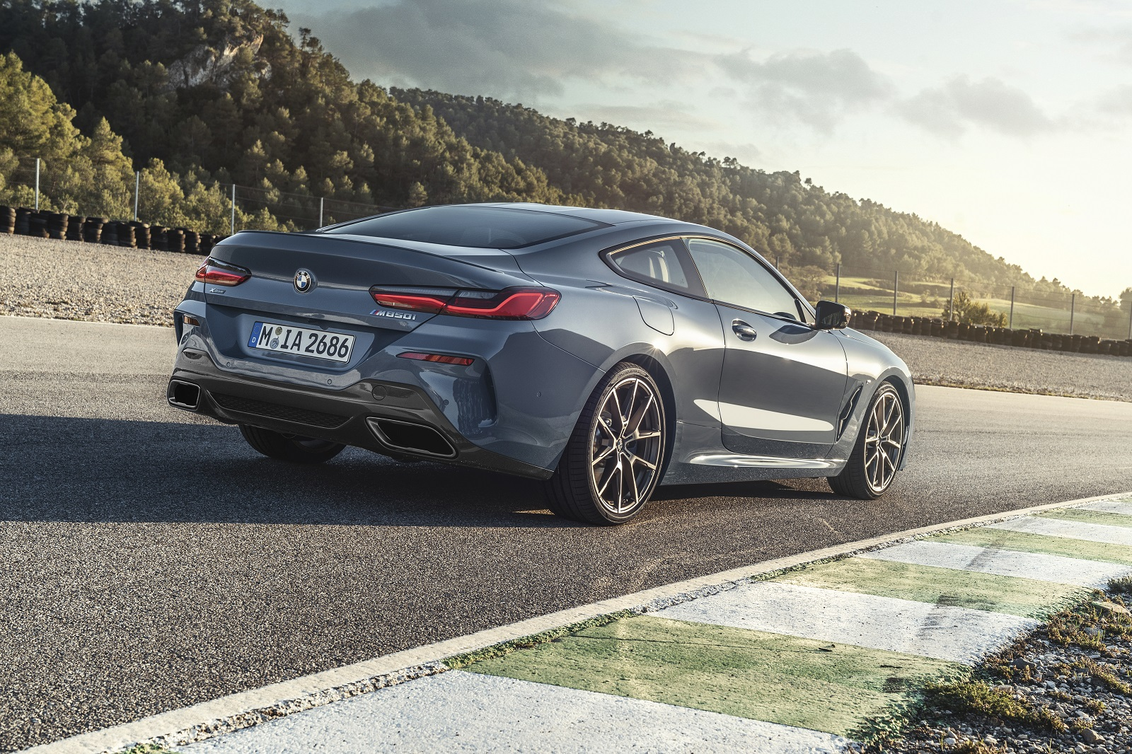 P90306595_highRes_the-all-new-bmw-8-se