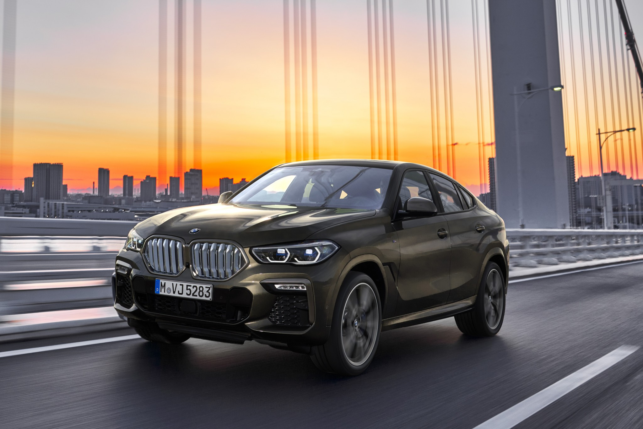 P90356689_highRes_the-new-bmw-x6-drivi
