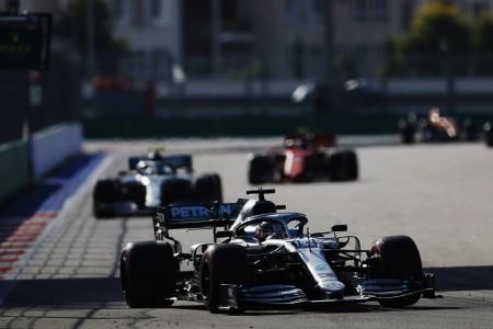 Hamilton izkoristil Ferrarijeve zakulisne igre