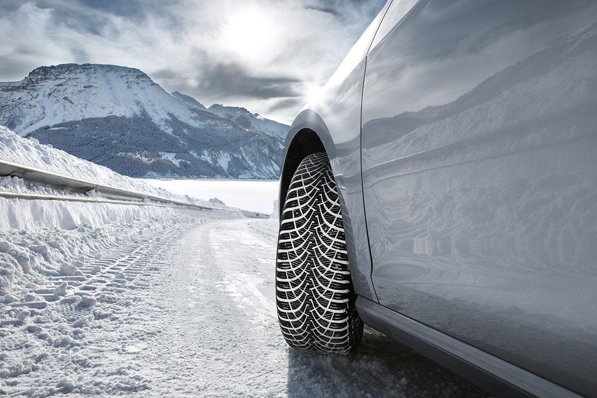 Pri vožnji na sprijetem snegu se slednji nalaga v kanalih tekalne plasti pnevmatike