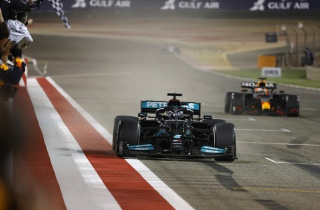 Vrhunska predstava Hamiltona v Bahrajnu