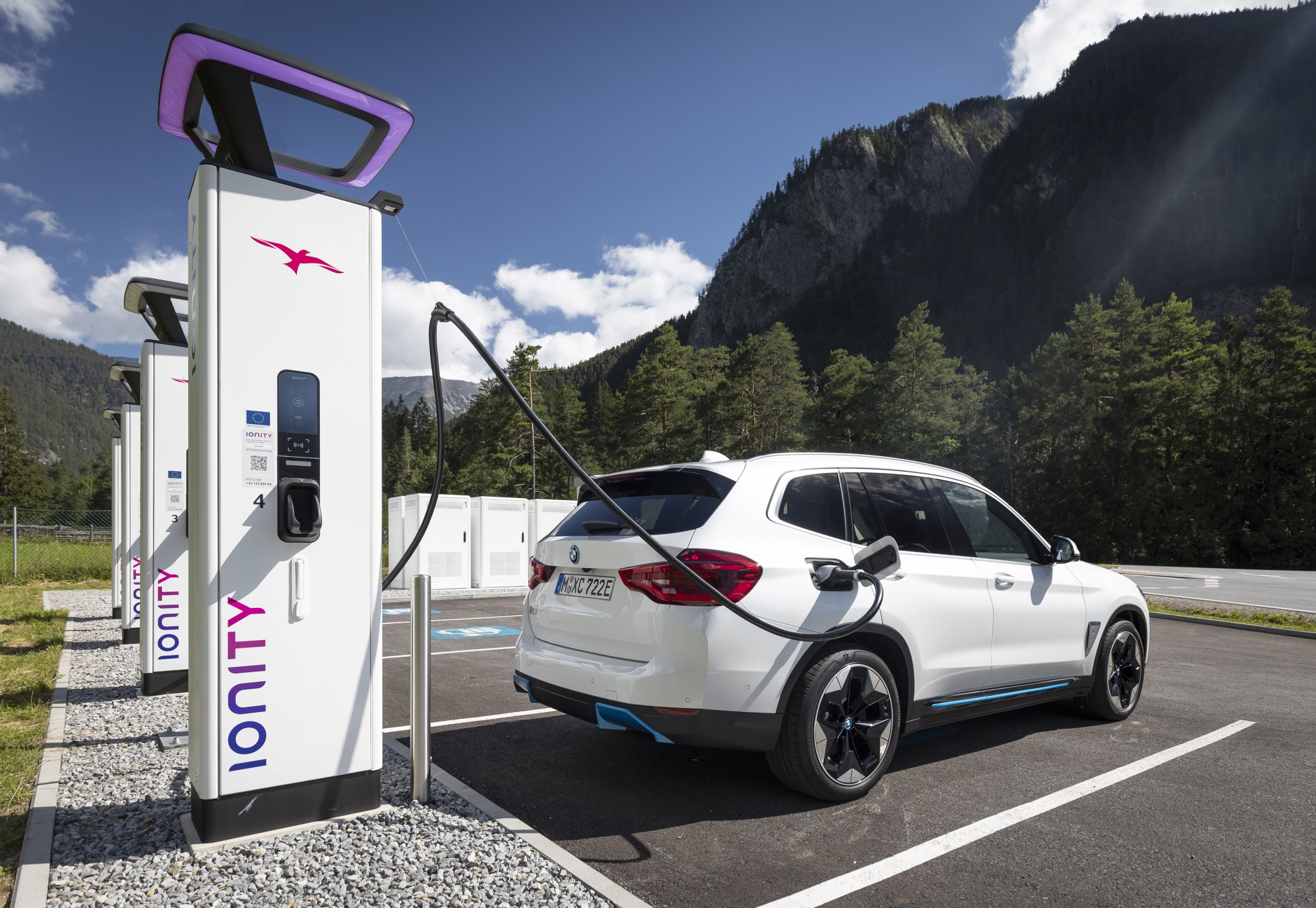 P90394426_highRes_ionity-charging-stat
